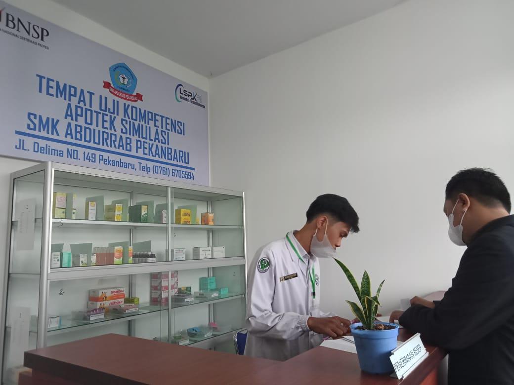 282-76-orang-siswai-jurusan-farmasi-smk-abdurrab-siap-menyandang-gelar-kompeten